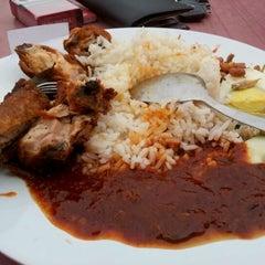 Photo taken at Nasi Lemak Famous by Shukri H. on 12/16/2011