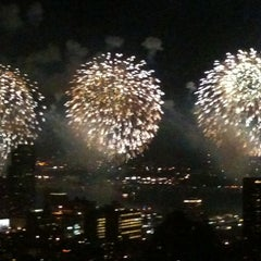 Das Foto wurde bei Macy's 4th of July Fireworks von twocsgirl am 7/5/2011 aufgenommen