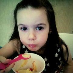 Photo taken at Menchies Frozen Yogurt by Justin G. on 5/1/2012