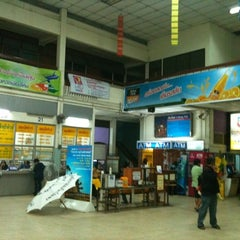 Photo taken at สถานีขนส่งผู้โดยสารเชียงใหม่ แห่งที่ 2 (อาเขต) Chiangmai Bus Terminal 2 (Arcade) by ว่าที่ ร.ต.ณัฐสิการ แ. on 1/7/2011