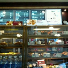Photo taken at Costa Coffee by Young Seok Y. on 10/28/2011
