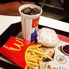 Photo taken at McDonald's & McCafé (แมคโดนัลด์ & แมคคาเฟ่) by bee a. on 5/30/2012