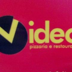 Photo taken at Vídeo Pizzaria e Restaurante by Pedro R. on 4/16/2012