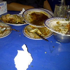 Photo taken at Ikan Goreng Cianjur by Kurnia F. on 9/28/2011