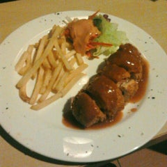 Photo taken at Well Done Steakhouse by Ferdi F. on 4/9/2012