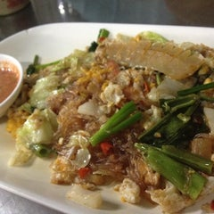 Photo taken at ข้าวผัดปูเมืองทอง ๑ (Mueang Thong Crab-meat Fried Rice 1) by Su K. on 6/22/2012