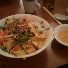 Photo taken at Pho Noi Viet by Jessica R. on 3/26/2012