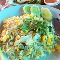 Photo taken at ข้าวผัดปูเมืองทอง ๑ (Mueang Thong Crab-meat Fried Rice 1) by Kratai P. on 1/10/2011