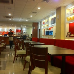 Photo taken at Pizza Hut by Gerson T. on 12/5/2011