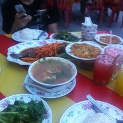 Photo taken at Sya-Sya Tomyam by Mohd Razy on 8/6/2012