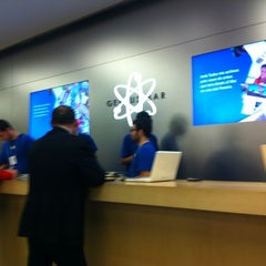 Photo taken at Apple Store, La Maquinista by Pau A. on 4/3/2012