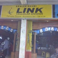 Photo taken at Link Cellular Depan Kantor DPRD Bukittinggi by Herry O. on 11/3/2011
