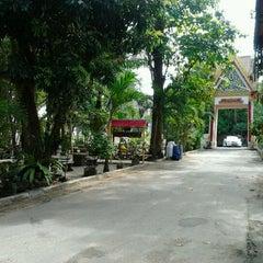 Photo taken at วัดแก้วโกรวาราม (Wat Kaew Korawaram) by AieWolve l. on 10/31/2011