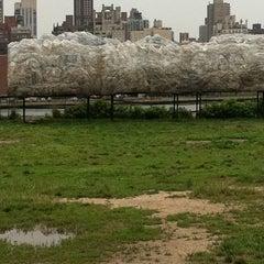Das Foto wurde bei Socrates Sculpture Park von Tyger M. am 7/3/2011 aufgenommen