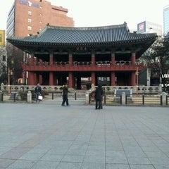 Photo taken at 보신각 (普信閣, Bosingak) by Jinyoung P. on 1/29/2012