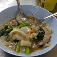 Photo taken at ราดหน้า - ผัดซีอิ๊ว ยอดผัก by Steve J. on 7/14/2012