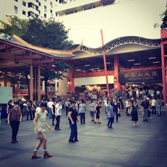 Photo taken at Chinatown Complex Market & Food Centre by Christopher L. on 4/28/2012