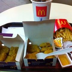 Photo taken at McDonald's & McCafé (แมคโดนัลด์ & แมคคาเฟ่) by Meili 0. on 2/13/2012