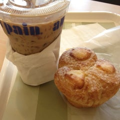 Photo taken at Au Bon Pain (โอ บอง แปง) by Ploy S. on 4/24/2012