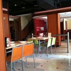Photo taken at Pizza Hut by Devanshu A. on 5/24/2011