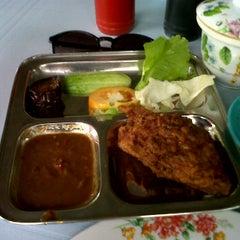 Photo taken at Warong Baroka (Pecal Lele & Pecal Ayam) by Siti Jamilah Z. on 11/18/2011