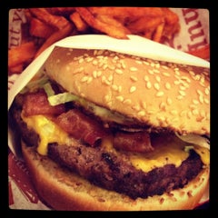 Photo taken at Red Robin Gourmet Burgers by Ana Carolina D. on 12/1/2011