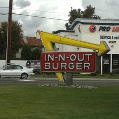 Photo taken at In-N-Out Burger by Bryan on 2/25/2011