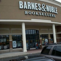 Photo taken at Barnes & Noble by Dante S. on 9/5/2011