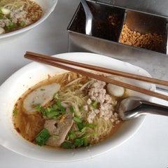 Photo taken at แซว ก๋วยเตี๋ยวหมู (Saew Noodle Shop) by Ake K. on 8/8/2012