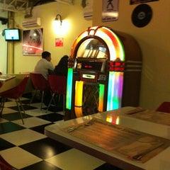 Photo taken at JukeBox Finest Burger by Janaina p. on 8/10/2012