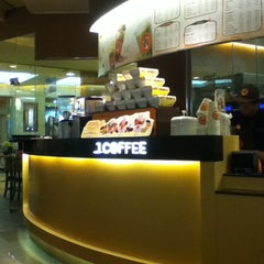 Photo taken at J.CO Donuts & Coffee by Linda T. on 6/25/2012