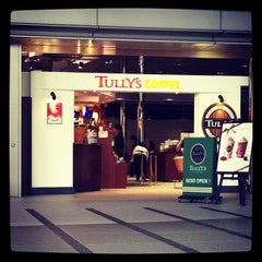 Photo taken at TULLY'S COFFEE 田町グランパーク店 by hirotomo on 11/9/2011