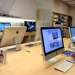 Photo taken at Apple Store, Mall of America by RuthAnne A. on 7/2/2012