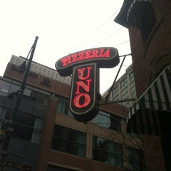 Photo taken at Uno Pizzeria & Grill - Chicago by Shane R. on 12/27/2011