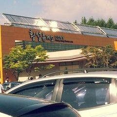 Photo taken at 횡성휴게소 (Hoengseong Service Area) by Christine Y. on 8/4/2012
