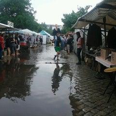 Das Foto wurde bei Flohmarkt am Mauerpark von Stefanie S. am 7/29/2012 aufgenommen