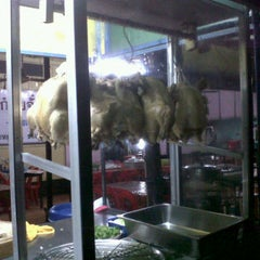 Photo taken at ข้าวมันไก่ตาปัน by Queers H. on 9/22/2011