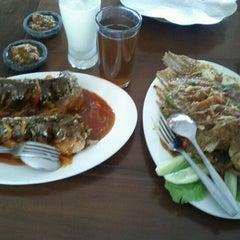 Photo taken at Ikan Pesmol Cianjur by Lorensius L. on 11/12/2011