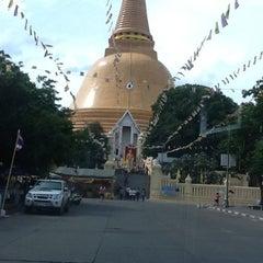 Photo taken at วัดพระปฐมเจดีย์ฯ (Wat Phra Pathom Chedi) by Phattharanida N. on 8/5/2012