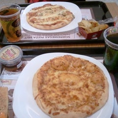 Photo taken at Pizza Hut by Breno F. on 12/11/2011