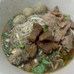Photo taken at ก๋วยเตี๋ยวยักษ์ใหญ่ (Yakyai Noodle) by Porring Yakyai on 5/8/2011