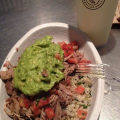 Photo taken at Chipotle Mexican Grill by Gloria on 8/5/2012