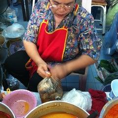 Photo taken at ขนมจีน@ตลาดแม่กิมเฮง by สุรศักดิ์ ก. on 10/11/2011