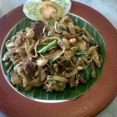 Photo taken at Han Tiam Kedai Kopi by Jessie C. on 6/3/2011