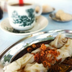 Photo taken at Kedai Kopi dan Makan Seong Kee (祥记饱饺点心茶餐室) by Jane L. on 7/4/2012