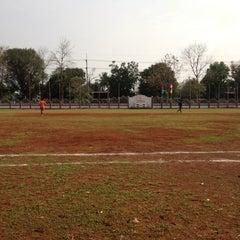 Photo taken at สนามกีฬา โรงเรียนบ้านภูเงิน by Karipet I. on 3/25/2012