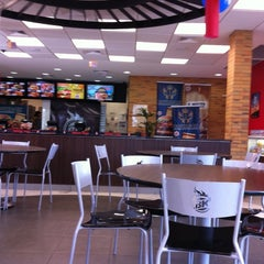 Photo taken at Burger King by Fabricio Y. on 2/7/2011