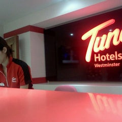 Photo taken at Tune Hotels Westminster by Hilmi Shah on 1/1/2012