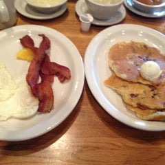 Photo taken at Cracker Barrel Old Country Store by Ricardo M. on 9/2/2012