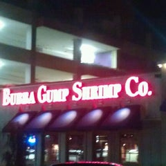 Photo taken at Bubba Gump Shrimp Co by Danni on 8/27/2011